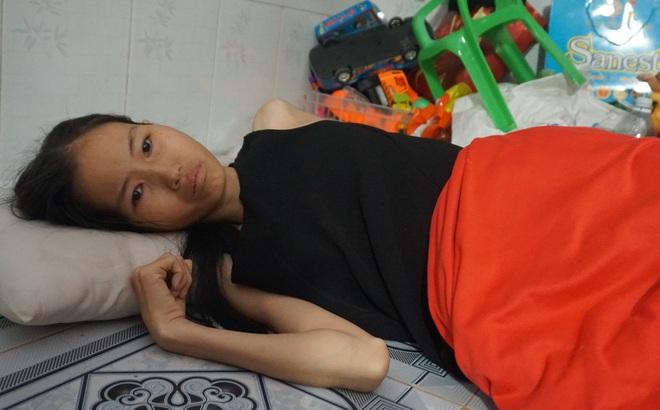 3 con nhỏ đẩy xe lăn đưa mẹ bị ung thư đi bán vé số ở Đồng Nai