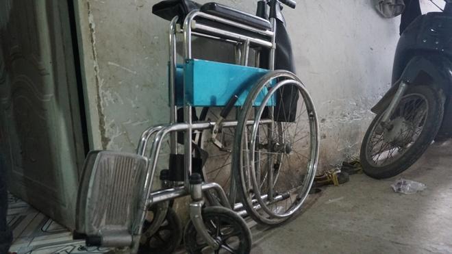 3 con nhỏ đẩy xe lăn đưa mẹ bị ung thư đi bán vé số ở Đồng Nai - Ảnh 2.