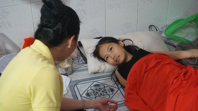 3 con nhỏ đẩy xe lăn đưa mẹ bị ung thư đi bán vé số ở Đồng Nai - Ảnh 1.