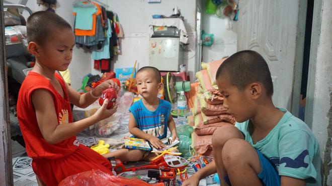 3 con nhỏ đẩy xe lăn đưa mẹ bị ung thư đi bán vé số ở Đồng Nai - Ảnh 3.