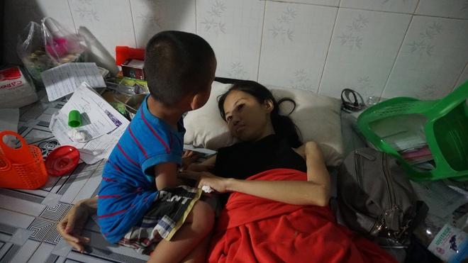 3 con nhỏ đẩy xe lăn đưa mẹ bị ung thư đi bán vé số ở Đồng Nai - Ảnh 4.