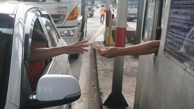Sau tiền lẻ, tài xế mang heo quay đến cúng trạm  BOT tuyến tránh Biên Hòa - Ảnh 1.