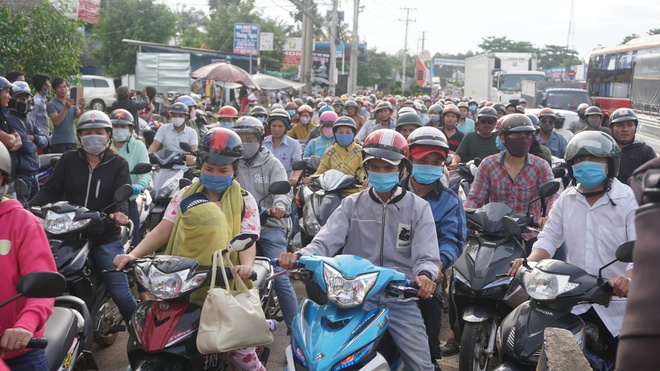 Sau tiền lẻ, tài xế mang heo quay đến cúng trạm  BOT tuyến tránh Biên Hòa - Ảnh 2.