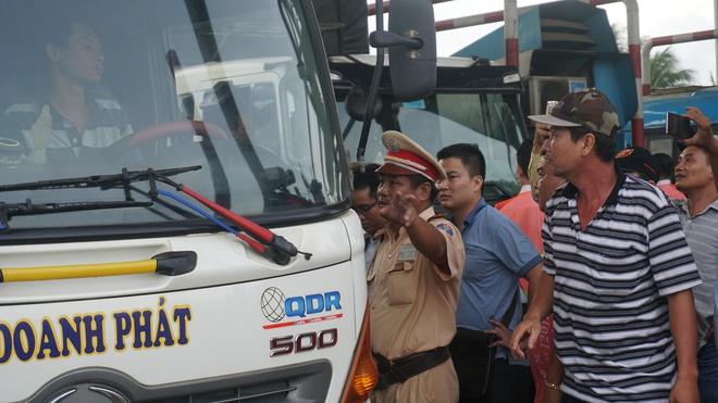 Sau tiền lẻ, tài xế mang heo quay đến cúng trạm  BOT tuyến tránh Biên Hòa - Ảnh 3.