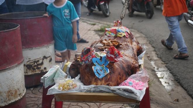 Sau tiền lẻ, tài xế mang heo quay đến cúng trạm  BOT tuyến tránh Biên Hòa - Ảnh 5.