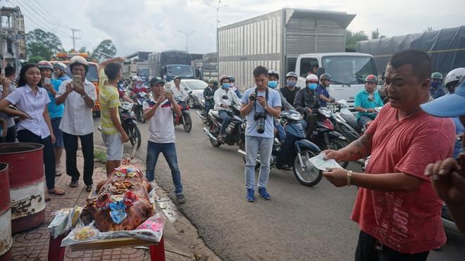 Sau tiền lẻ, tài xế mang heo quay đến cúng trạm  BOT tuyến tránh Biên Hòa - Ảnh 6.