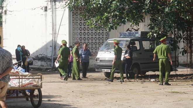 Mẹ tử tù Nguyễn Hải Dương khóc ngất khi nhìn thi thể con lần cuối - Ảnh 2.