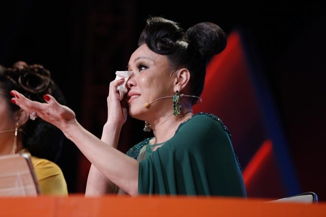 Việt Hương khóc và hứa chu cấp 5 triệu mỗi tháng cho chàng trai mồ côi  - Ảnh 4.