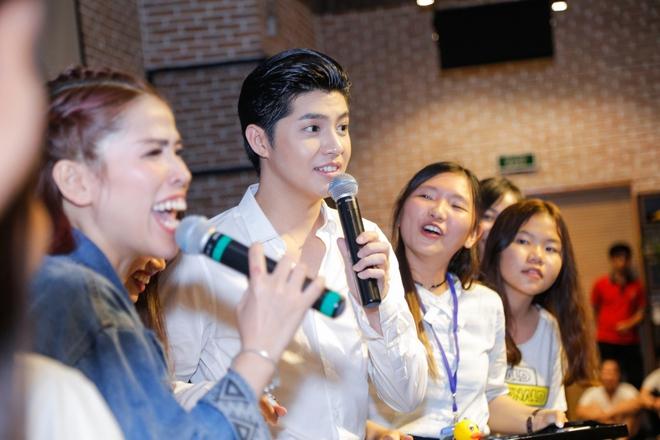 Noo Phước Thịnh được khán giả nữ ôm chặt giữa đám đông - Ảnh 7.