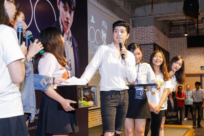 Noo Phước Thịnh được khán giả nữ ôm chặt giữa đám đông - Ảnh 4.