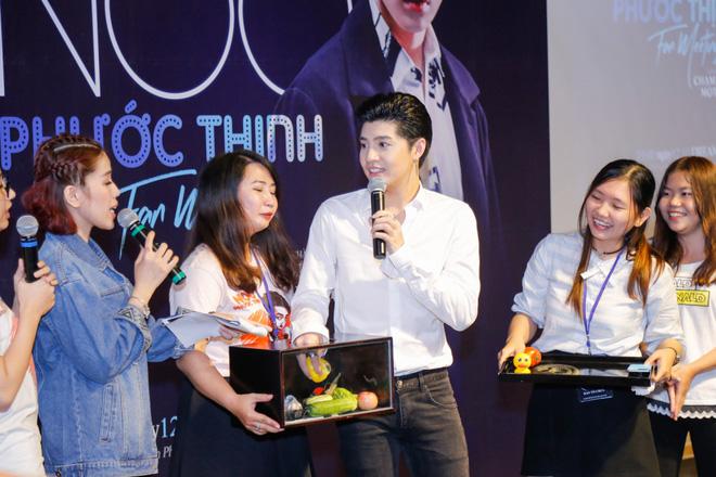Noo Phước Thịnh được khán giả nữ ôm chặt giữa đám đông - Ảnh 5.