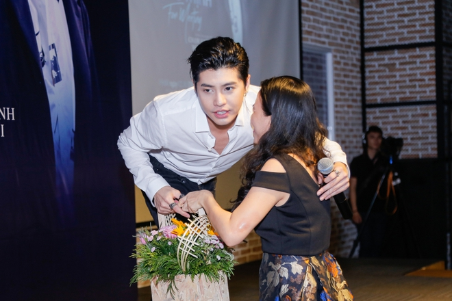 Noo Phước Thịnh được khán giả nữ ôm chặt giữa đám đông - Ảnh 8.