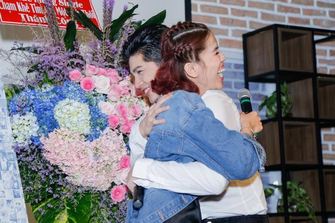 Noo Phước Thịnh được khán giả nữ ôm chặt giữa đám đông - Ảnh 9.