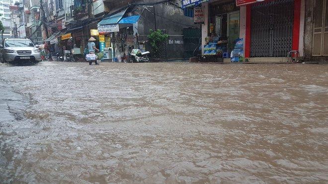 Bão số 2 gây mưa lớn khiến nhiều tuyến đường biến thành sông