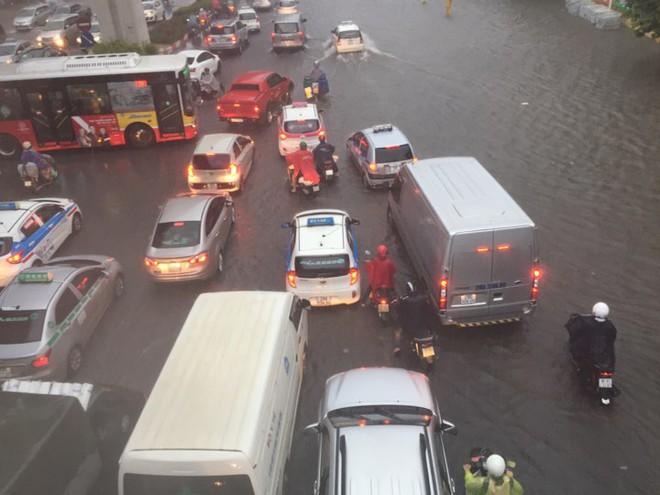 Hà Nội: Mưa lớn ảnh hưởng bão số 2, nhiều tuyến đường biến thành sông - Ảnh 10.