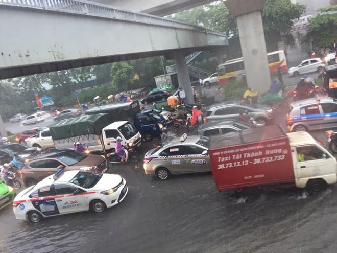 Hà Nội: Mưa lớn ảnh hưởng bão số 2, nhiều tuyến đường biến thành sông - Ảnh 12.