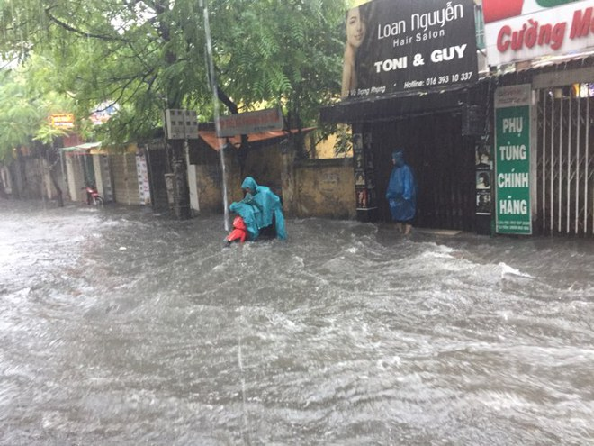 Hà Nội: Mưa lớn ảnh hưởng bão số 2, nhiều tuyến đường biến thành sông - Ảnh 13.