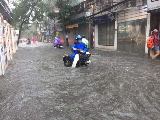 Hà Nội: Mưa lớn ảnh hưởng bão số 2, nhiều tuyến đường biến thành sông - Ảnh 14.