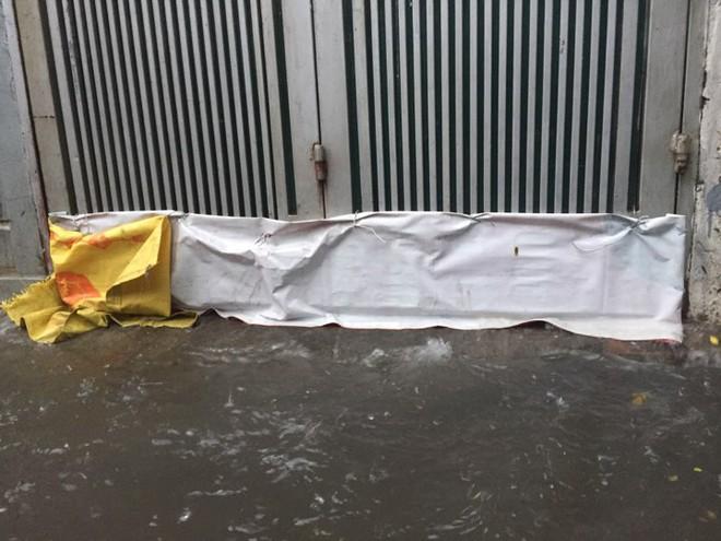 Hà Nội: Mưa lớn ảnh hưởng bão số 2, nhiều tuyến đường biến thành sông - Ảnh 16.