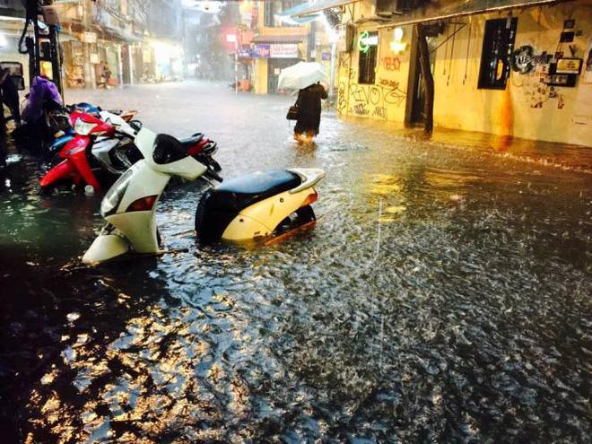 Hà Nội mưa xối xả, nhiều tuyến phố ngập rất sâu - Ảnh 10.