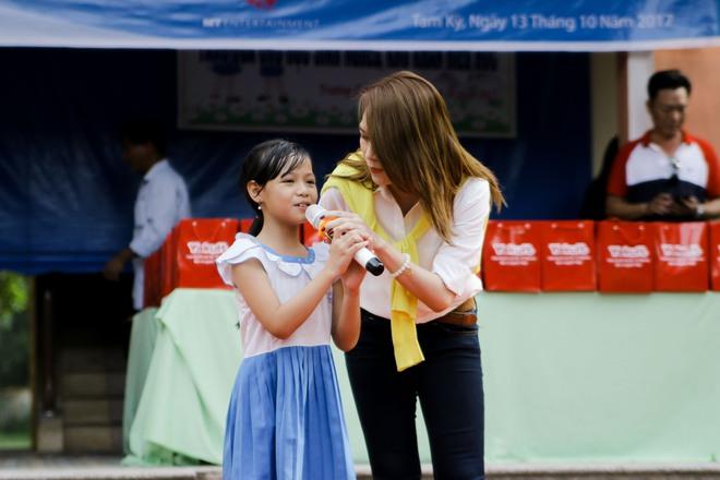 Mỹ Tâm hào hứng làm cô giáo trong buổi từ thiện - Ảnh 11.