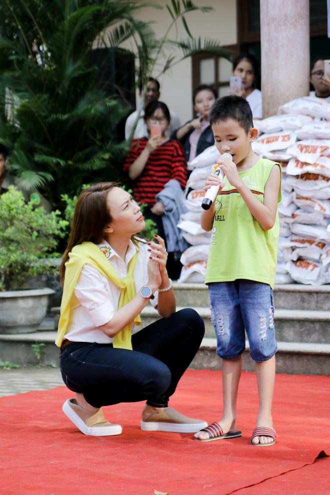 Mỹ Tâm hào hứng làm cô giáo trong buổi từ thiện - Ảnh 10.
