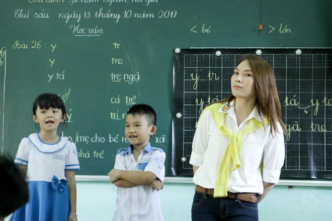 Mỹ Tâm hào hứng làm cô giáo trong buổi từ thiện - Ảnh 5.