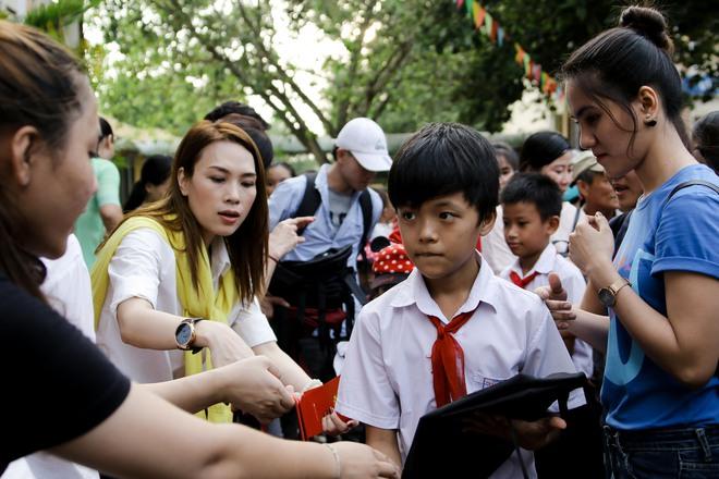 Mỹ Tâm hào hứng làm cô giáo trong buổi từ thiện - Ảnh 4.
