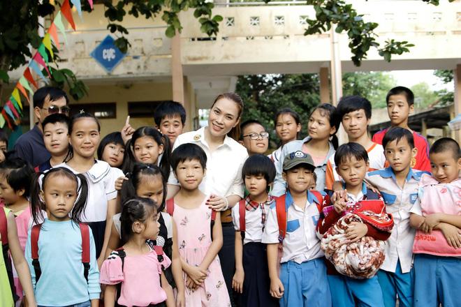 Mỹ Tâm hào hứng làm cô giáo trong buổi từ thiện - Ảnh 3.