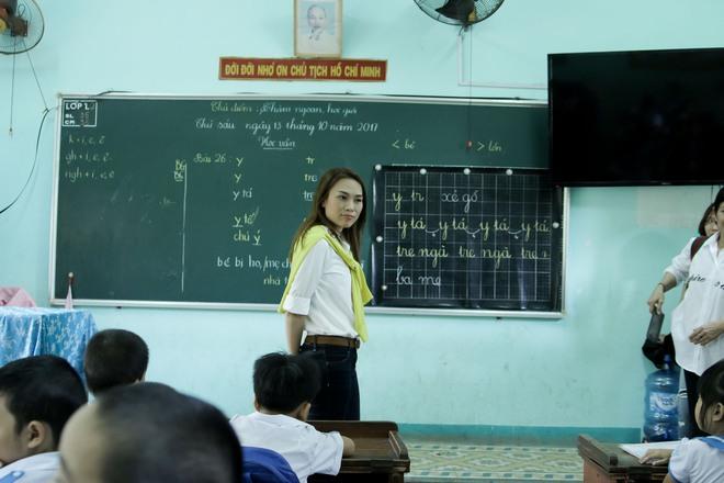 Mỹ Tâm hào hứng làm cô giáo trong buổi từ thiện - Ảnh 6.
