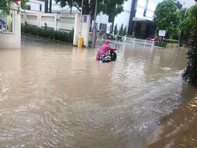 Hà Nội: Hàng loạt phương tiện chết máy trong mưa lớn - Ảnh 4.