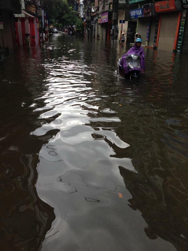 Hà Nội: Hàng loạt phương tiện chết máy trong mưa lớn - Ảnh 8.