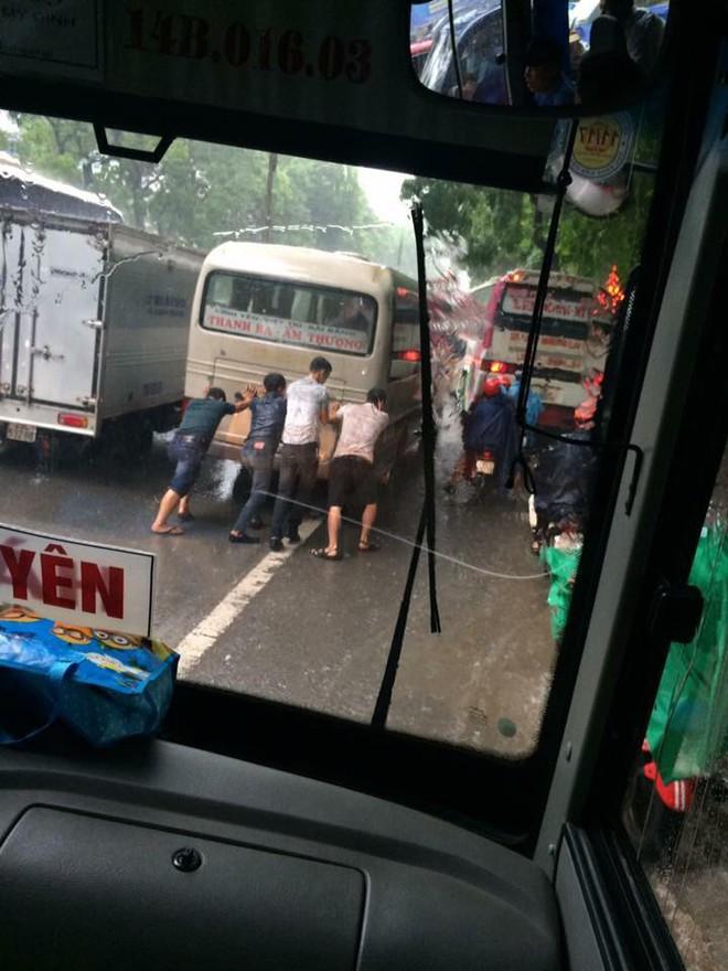 Hà Nội: Hàng loạt phương tiện chết máy trong mưa lớn - Ảnh 7.