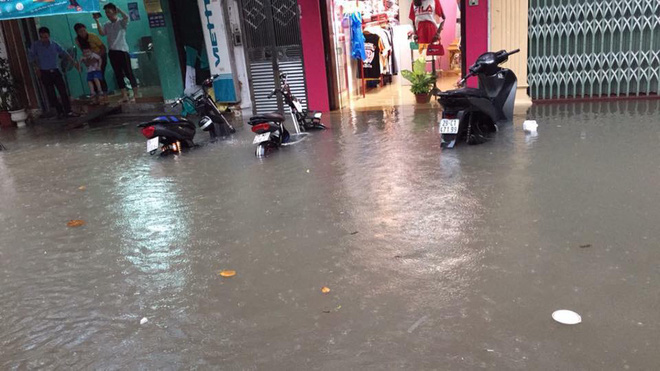 Hà Nội: Hàng loạt phương tiện chết máy trong mưa lớn - Ảnh 9.