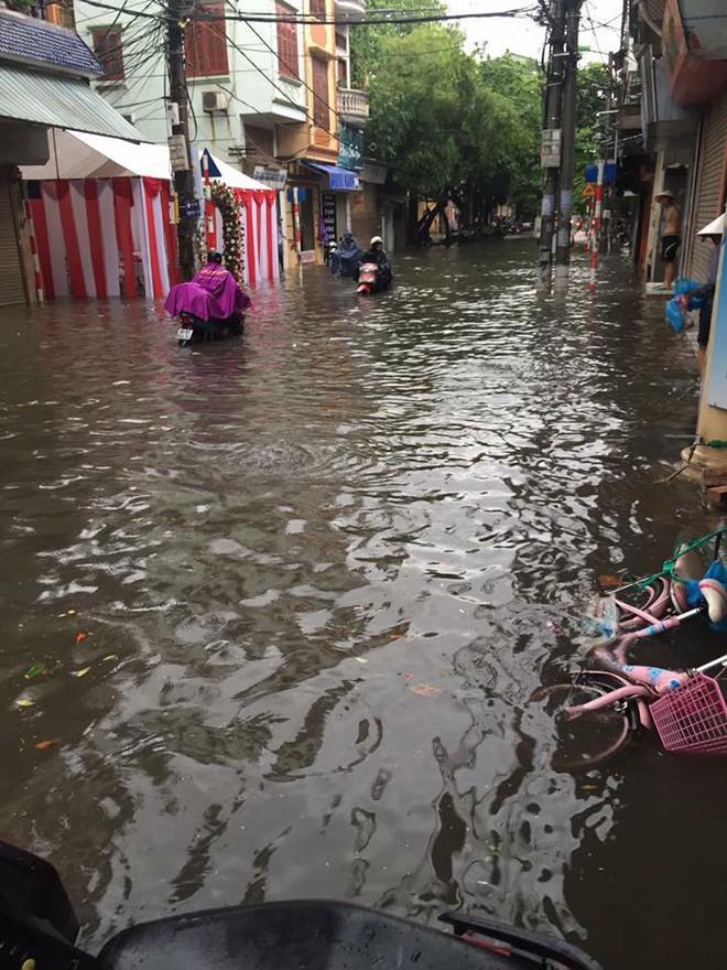 Hà Nội: Hàng loạt phương tiện chết máy trong mưa lớn - Ảnh 12.