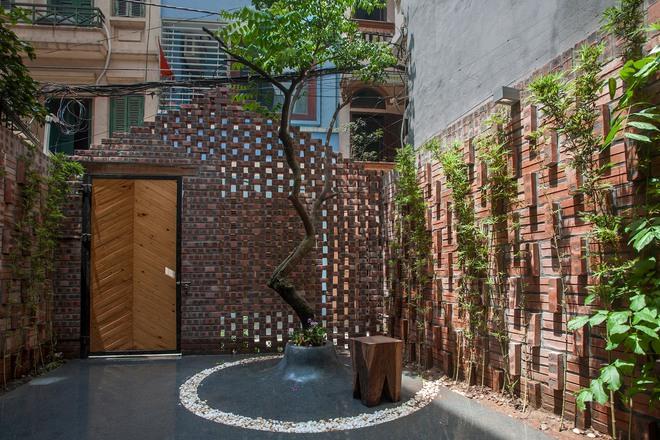 Kiệt tác nhà Hà Nội phía sau cánh cổng như lò gạch cũ bỏ không - Ảnh 1.