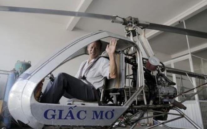 Kỹ sư Bùi Hiển bên chiếc máy bay Giấc Mơ