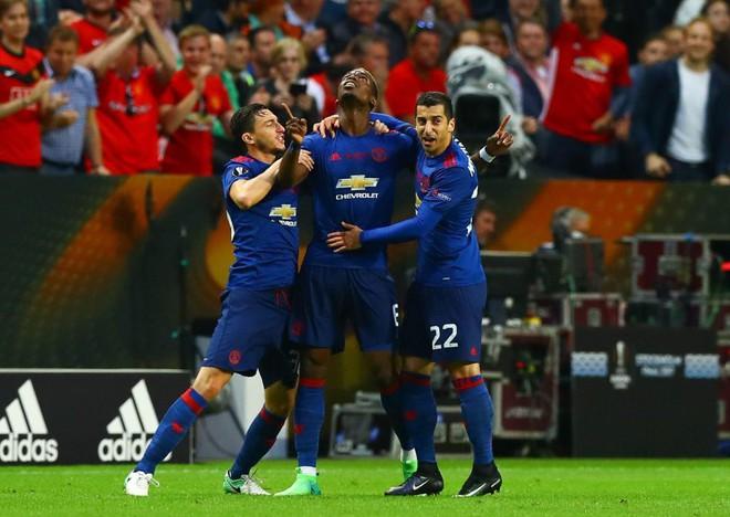 """Mourinho hóa """"trẻ nhỏ"""" trong ngày Man United đoạt cúp - Ảnh 16"""