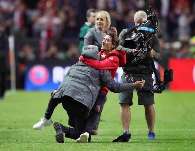 """Mourinho hóa """"trẻ nhỏ"""" trong ngày Man United đoạt cúp - Ảnh 1"""