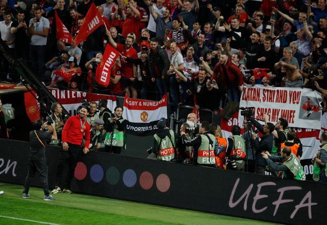 """Mourinho hóa """"trẻ nhỏ"""" trong ngày Man United đoạt cúp - Ảnh 15"""