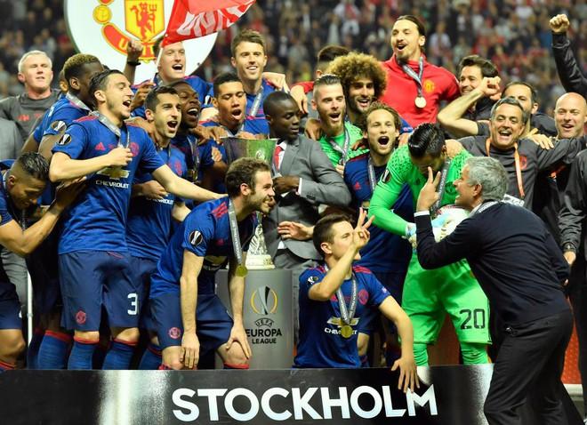 """Mourinho hóa """"trẻ nhỏ"""" trong ngày Man United đoạt cúp - Ảnh 12"""