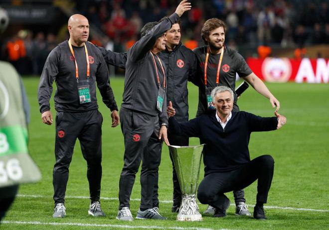 """Mourinho hóa """"trẻ nhỏ"""" trong ngày Man United đoạt cúp - Ảnh 13"""