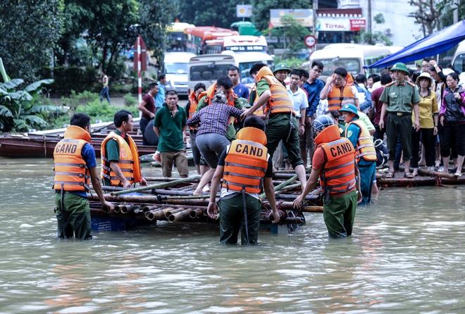 Quốc lộ 6 chìm trong biển nước, đóng bè mảng để đưa dân qua - Ảnh 3.