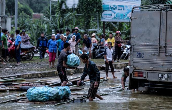 Quốc lộ 6 chìm trong biển nước, đóng bè mảng để đưa dân qua - Ảnh 4.