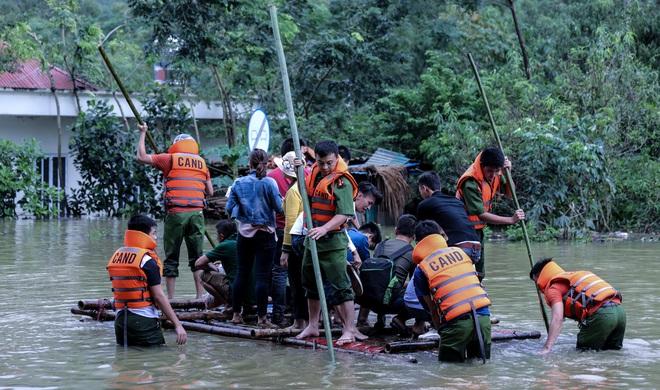 Quốc lộ 6 chìm trong biển nước, đóng bè mảng để đưa dân qua - Ảnh 1.