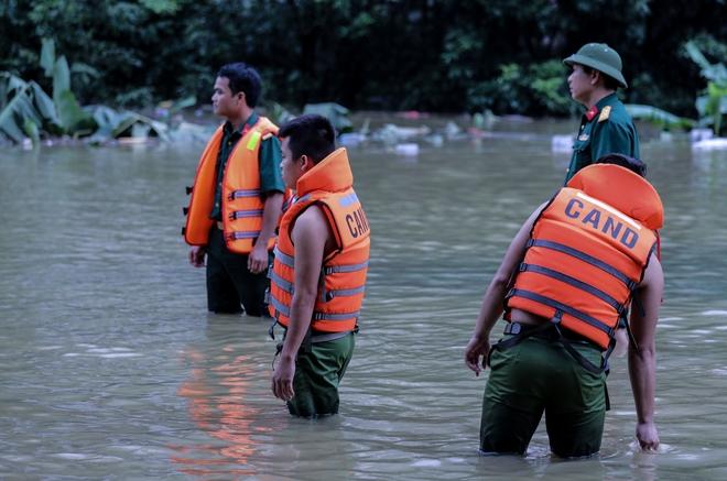 Quốc lộ 6 chìm trong biển nước, đóng bè mảng để đưa dân qua - Ảnh 2.