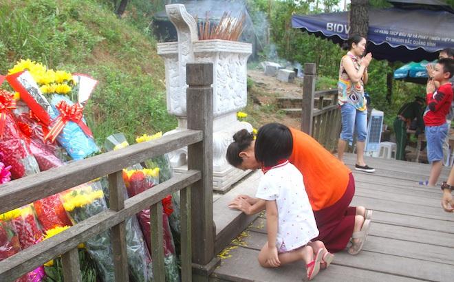 Nhiều người đội mưa đến dâng hương mộ Đại tướng trước ngày 27/7