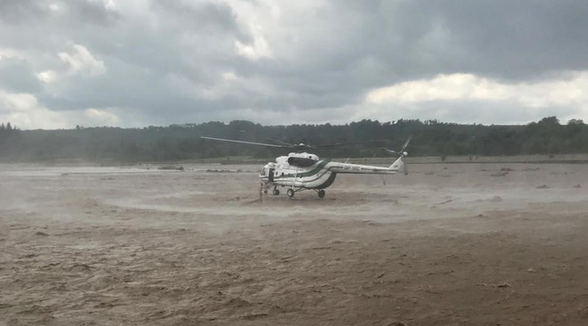 Phi công trực thăng xuất sắc cứu 2 người dân thoát dòng nước lũ khủng khiếp - Ảnh 1.