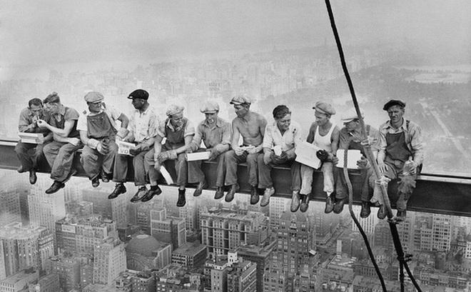"""Vén màn bí ẩn bức tranh nổi tiếng của thời đại """"bữa trưa trên tòa nhà chọc trời"""""""
