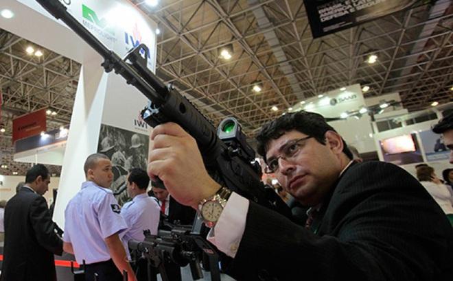 """Được cấp vô tư tiểu liên AK, cả Đông Âu quay lại """"chĩa súng"""" vào Nga"""